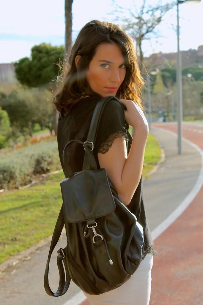 mochila negra de cuero, look casual,