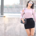 Blusa off shoulder plisada + gafas Marc Jacobs